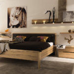 Широкая кровать в спальне современного стиля