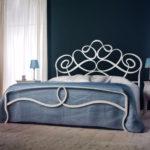 дизайн спальни кованая кровать