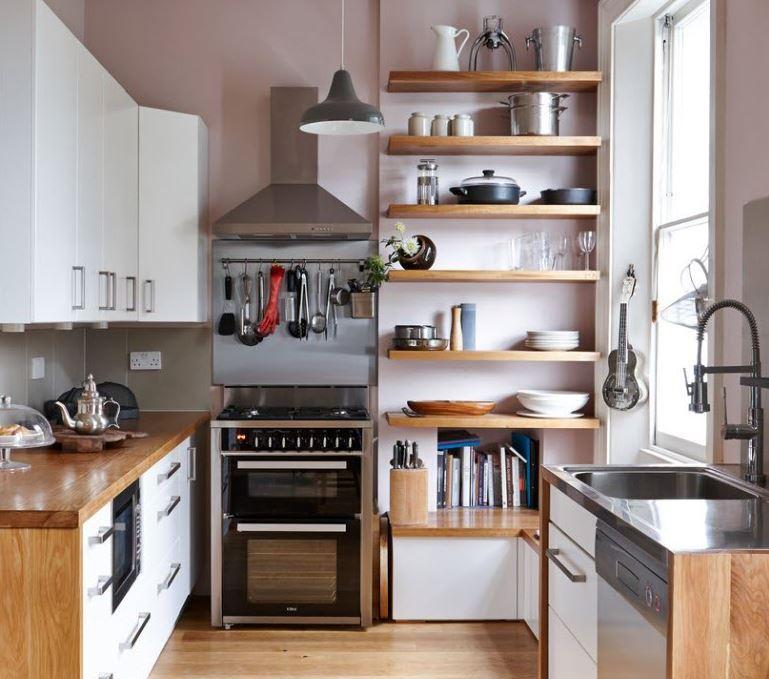 Открытые полки для посуды возле кухонного окна