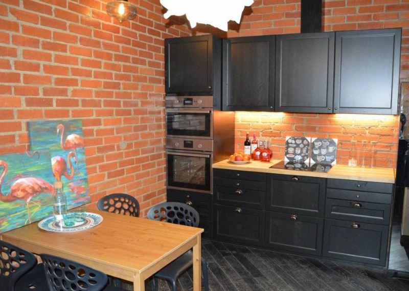 Дизайн кухни с отделкой стен под красный кирпич