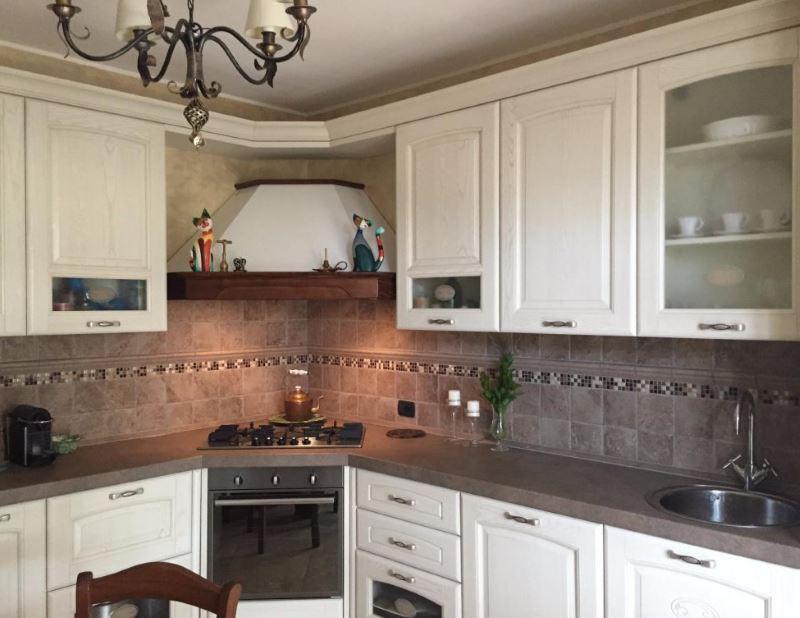 Угловая вытяжка на кухне с белым гарнитуром