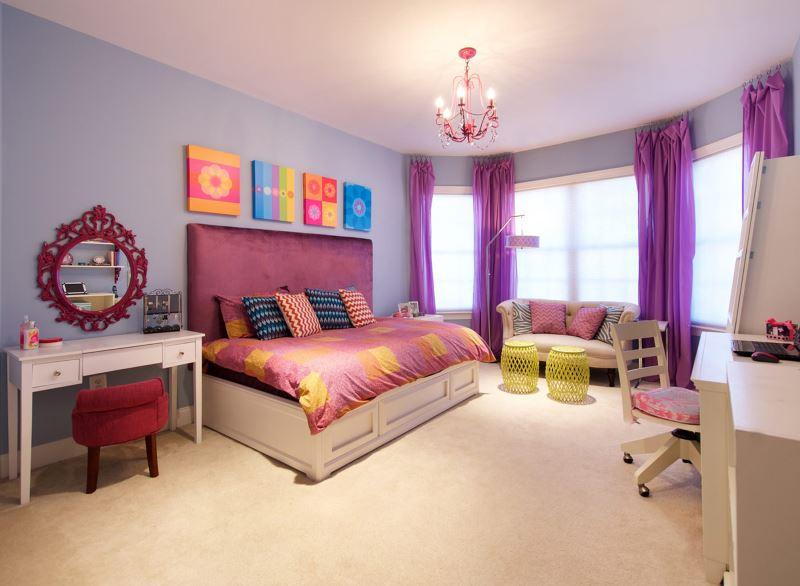Фиолетовые шторы на окнах комнаты для молодой девушки