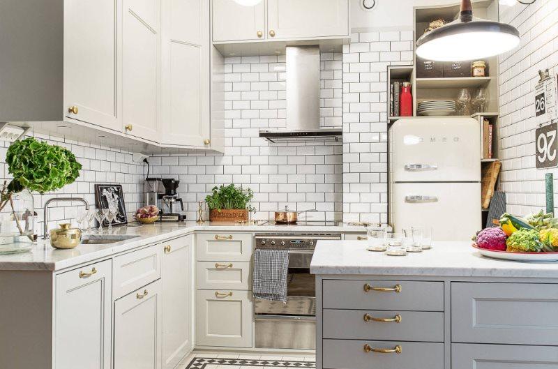 Белая кирпичная стена в дизайне кухонного помещения