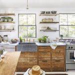 Белая кухня с деревянной мебелью в стиле кантри