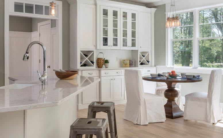 Белая мебель в кухне-столовой загородного дома