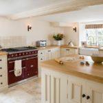 Беленые стены и деревянные балки на потолках — характерные черты стиля