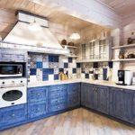 Бело-синий кухонный гарнитур в кухне дачного домика