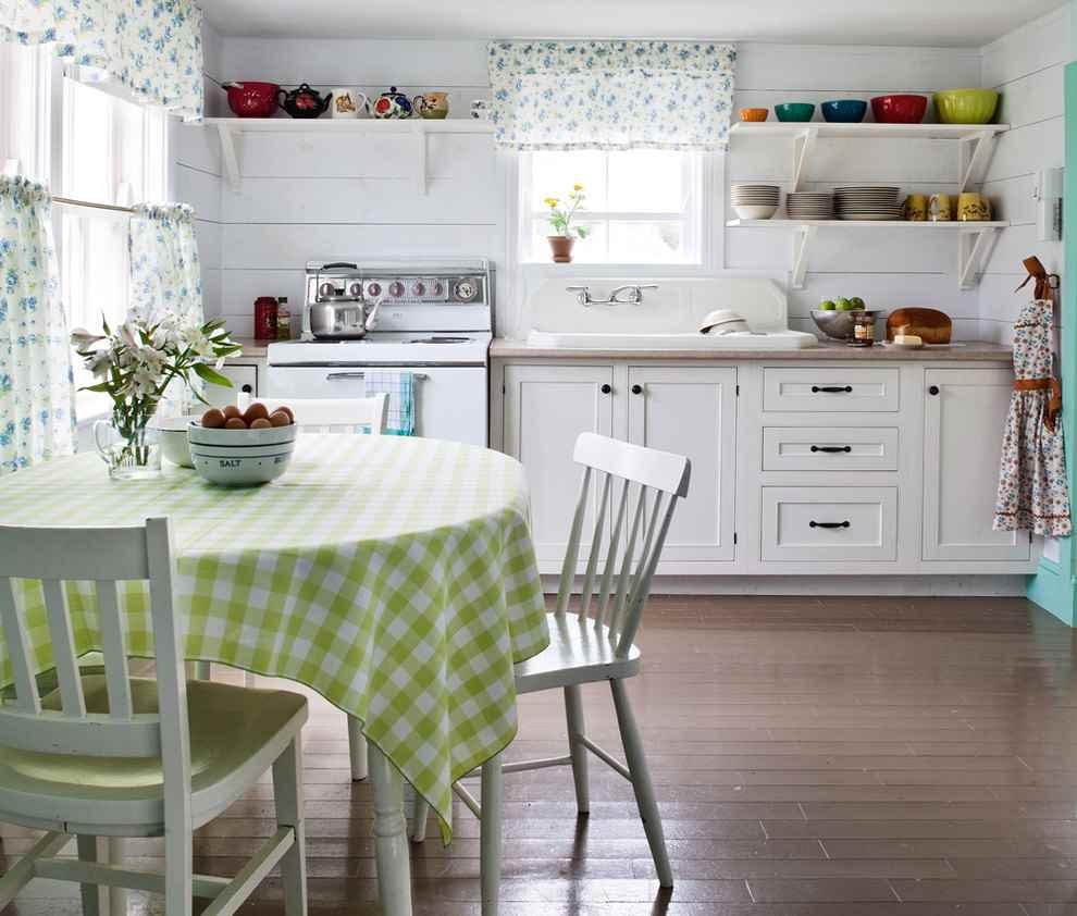 Белые кухонные полки из дерева