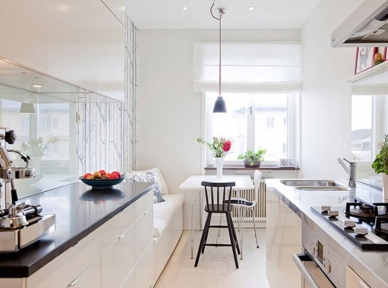 Белые крашенные стены в кухне вытянутой формы