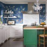 Белый цвет кухонных шкафов, зеленоватый тон основания острова - нашли отражение в цветочном принте обоев