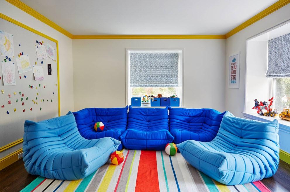 Синие бескаркасные кресла в комнате мальчиков