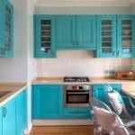 Бирюзовая кухня с квадратным вентиляционным коробом белого цвета