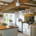Блюдца на стенах для украшения кухни в стиле кантри