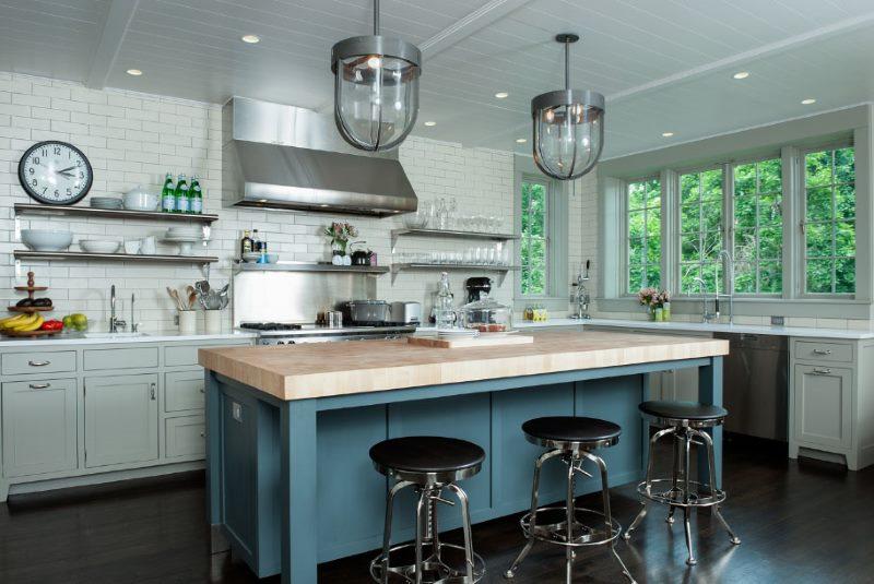 Стеклянные плафоны на кухне без верхних шкафов