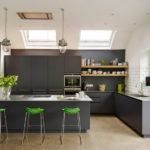 Черная кухня на мансардном этаже с боковым и верхними окнами