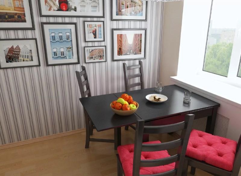 Обеденный стол черного цвета около окна кухни в квартире