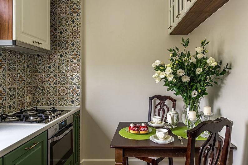 Живые цветы на обеденном столике кухни площадью в 7 кв м