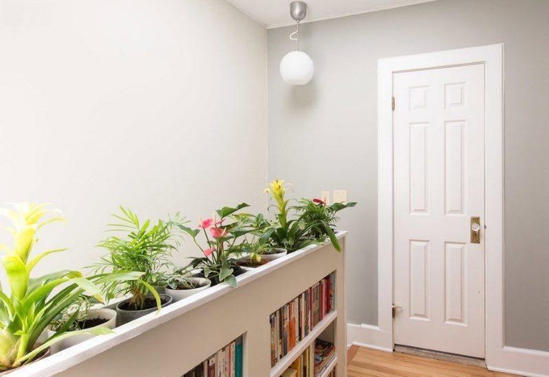 Живые цветы в интерьере небольшого коридора