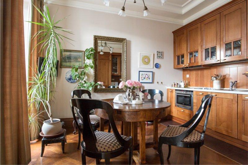 Дизайн классической кухни с гарнитуром из натурального дерева