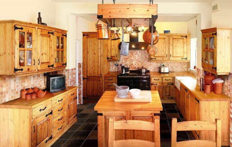 Кухонный гарнитур из натурального дерева