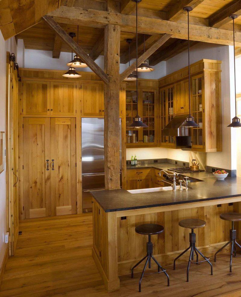Деревянный столб на кухне деревенского дома
