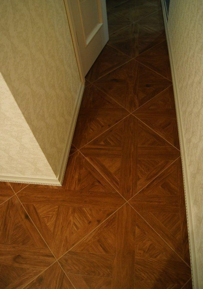 Линолеум с диагональным рисунком на полу прихожей