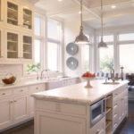 Дизайн кухни с окнами на 2 стороны