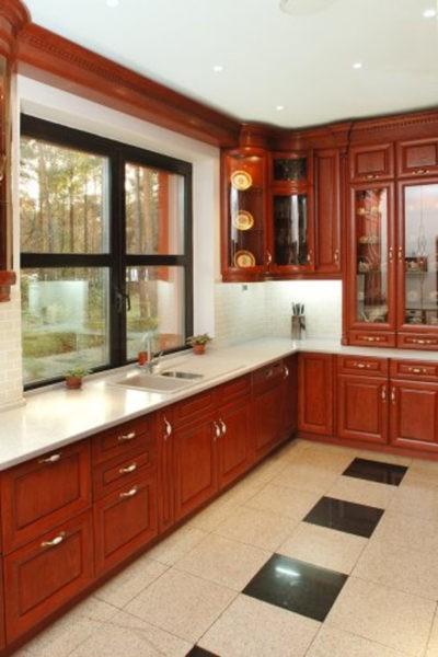 Дизайн кухни с окном без штор