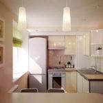 Дизайн маленькой кухни с вентиляционным коробом в углу