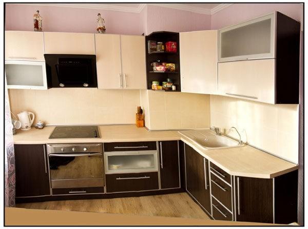 Кухонный гарнитур оттенка венге на солнечной стороне