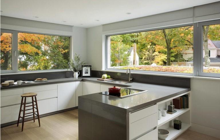 Длинные окна в кухне загородного дома
