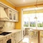 Дополнительное место для обеда у окна на балконе, совмещенном с кухней