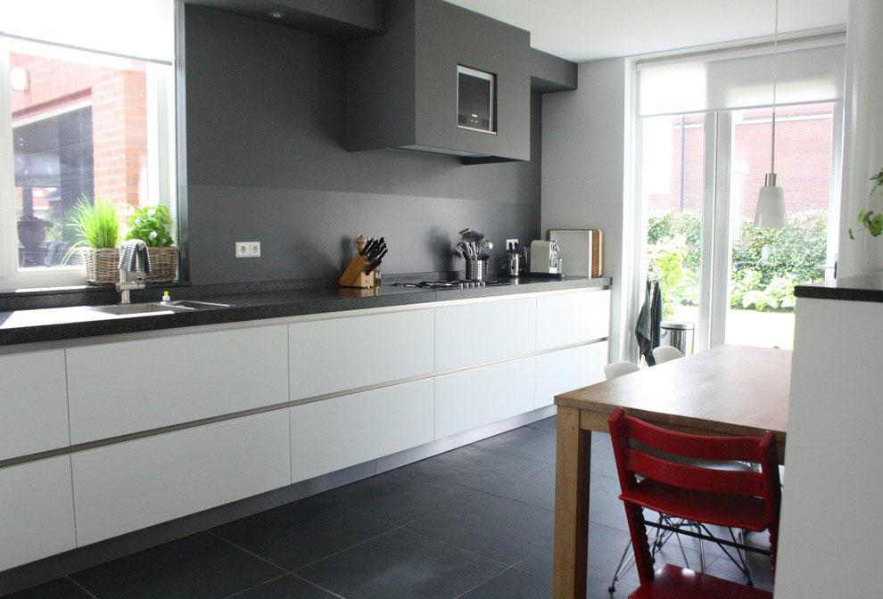 Серая вытяжка на кухне в стиле модерн
