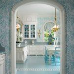 Эта кухня-столовая в бело-голубых тонах стала воплощением весеннего настроения и легкости
