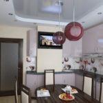 Если короб, имеющий правильную форму, является не угловым - следует вдоль всей стены разместить функциональную кухонную мебель