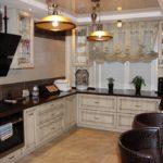 Черные рабочие поверхности кухонного гарнитура