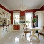Винтажные стулья в классической кухне