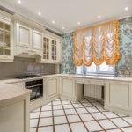 Белый керамогранит на полу кухни