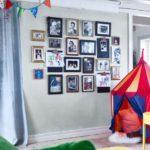 Декорирование стены семейными фотографиями