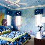 Текстиль с космическими узорами на кровати мальчика