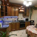 Классический интерьер кухни в коричневом цвете