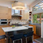 Дизайн кухни загородного дома в коричневом цвете