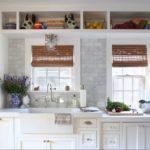 Бамбуковые шторы на окнах кухни