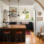 Кухня в современном загородном доме