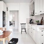 Акценты черного цвета в светлой кухне