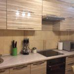 Кухонный гарнитур с акриловым фасадом коричневого оттенка