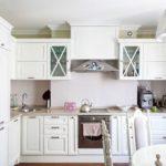кухонный гарнитур из дерева белого цвета