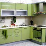 Зеленый гарнитур угловой планировки