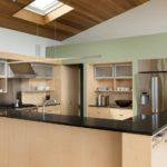 Дизайн кухни с коричневым гарнитуром