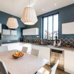 Контрастные сочетания цветов в дизайне кухни